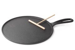 Лоток литого железа для печь блинчиков с шпателем тимберса стоковые изображения rf
