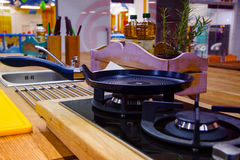 Лоток на газовой плите в современной кухне Стоковое фото RF