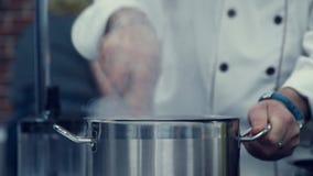 Лоток на плите Шеф-повар смешивает ингридиенты видеоматериал