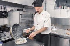 Лоток плиты макаронных изделий отделкой шеф-повара Стоковые Фотографии RF