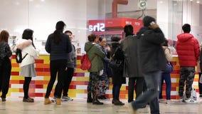 Лоток снятый компановки людей для покупая чизкейка