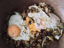 Лоток с яичницами и овощами стоковая фотография rf