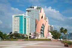 Лотос башни на предпосылке современных гостиниц высотного здания Центральная площадь курортного города Nha Trang Вьетнам Стоковое фото RF