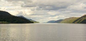 Лох-Несс, гористые местности, Шотландия Стоковые Фото