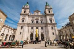 Лошади с экипажами перед собором Зальцбурга, Зальцбургом, Австрией Стоковые Фотографии RF