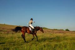лошади лошади dressage конноспортивные скача всадники поло silhouettes вектор спорта Верховая лошадь молодой женщины на испытании Стоковое Фото