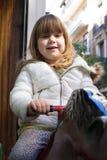 Лошадь игрушки катания маленького ребенка в зиме Стоковое фото RF