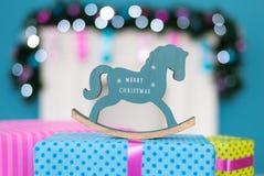 Лошадь рождества стоит на коробке с подарком Стоковое Изображение RF