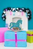 Лошадь рождества стоит на коробке с подарком Стоковые Фото