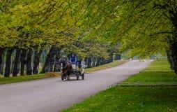 Лошад-нарисованная фура на дороге осени стоковое изображение rf