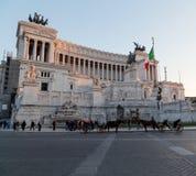 Лошади перед аркадой Venezia и Vittoriano Emanuele Monume Стоковые Изображения RF