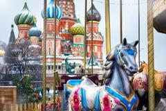 Лошади Carousel на рождестве справедливом на предпосылке St b стоковое фото
