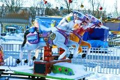 Лошади, carousels, зима, парк, развлечения, не сезон, не работая Стоковые Изображения