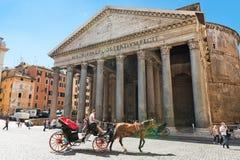 Лошад-нарисованный экипаж перед пантеоном в Риме, Италии rome Стоковые Изображения