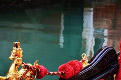 Лошадь, гондола и зеленая вода, Венеция, Италия стоковые изображения rf