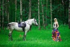 Лошадь и женщина Стоковые Изображения