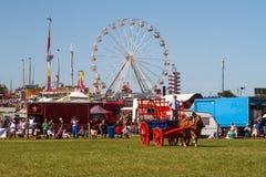 Лошадь и телега работая на земле выставки Стоковое Изображение RF
