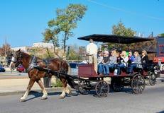 Лошадь и экипаж путешествуют вокруг Чарлстона, Южной Каролины стоковые изображения