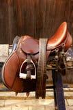 лошадь комплектов устанавливает снаряжение всадников Стоковая Фотография