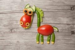 Лошадь сделанная из сырцовой еды на деревянной предпосылке Стоковые Изображения RF