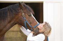 лошадь целуя женщину Стоковая Фотография