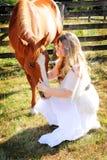 лошадь девушки страны говорит к Стоковое Фото