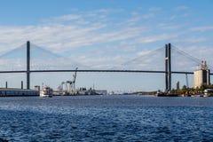 Лодка под висячим мостом стоковое фото rf