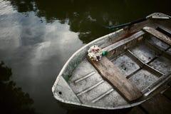 Лодка с букетом невесты Стоковые Фото