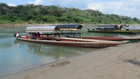 Лодки на реке между Гватемалой и Мексикой стоковое фото rf