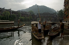 Лодочники в Fenghuang Стоковые Фотографии RF