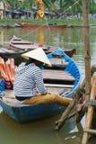 Лодочник с коническими шлемами в Вьетнам Стоковые Изображения RF
