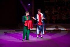 ЛУГАНСК, УКРАИНА - 9-ОЕ АПРЕЛЯ 2016: 2 клоуна в цирке работая с телезрителями Стоковая Фотография