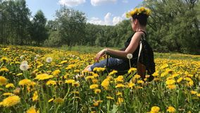 Луг весны перерастанный с цветя одуванчиками Солнечная весна в парке сток-видео