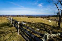 Луг загородки и горы Rale стога - 2 Стоковое фото RF