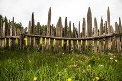 Луг лета с деревенской самостоятельно построеной деревянной загородкой стоковые изображения