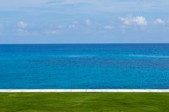 Лужайка и красивый пустой вид на море Стоковые Изображения