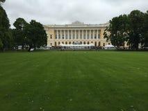 Лужайка с дворцом Mikhaylovskiy на предпосылке Стоковое фото RF