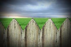 Лужок и небо загородки Стоковая Фотография RF
