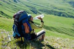 лужок hiker девушки ослабляя Стоковая Фотография RF