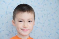 Лукавый прелестный мальчик на крупном плане портрета 7 времен, кавказский усмехаться ребенка счастливый Стоковые Изображения RF
