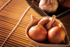 Луки и чеснок в шаре Еда луков и овощей чеснока Стоковые Фотографии RF