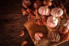 Луки и чеснок в шаре Еда луков и овощей чеснока Стоковая Фотография RF