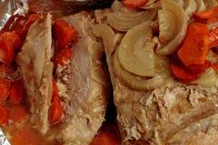 Луки, моркови, свинина испекли в фольге стоковая фотография rf