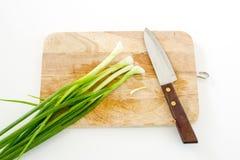 Лук весны на разделочной доске и ноже Стоковое Изображение