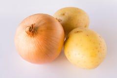 Лук и картошки на белой предпосылке Стоковые Фотографии RF