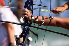 Лук и стрелы в руках лучника стоковое фото rf
