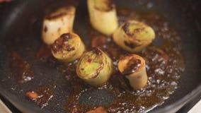 Лук-пореи жарки с имбирем и пряным видео соуса chili сток-видео