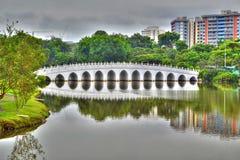 Лунатируйте мост к китайскому саду в Сингапуре Стоковое фото RF