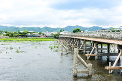 Лунатируйте мост скрещивания (мост Togetsukyo) к району Arashiyama Стоковые Фотографии RF