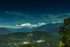 Лунатируйте освещенная горная цепь Kanchenjungha, Сикким, Индия Стоковая Фотография RF